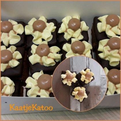 Chocolade brownie met een carameltopping